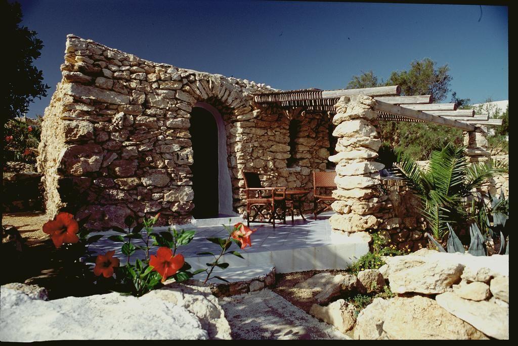 I Dammusi di Borgo Cala Creta sono delle esclusive sistemazioni ospitate nelle tradizionali case in pietra di Lampedusa. Davvero suggestive .. e poi il tramonto che si ha qui è insuperabile! W #Lampedusa – puoi prenotare il tuo dammuso qui -> https://booki.ng/2DpcvSL  - Ukustom