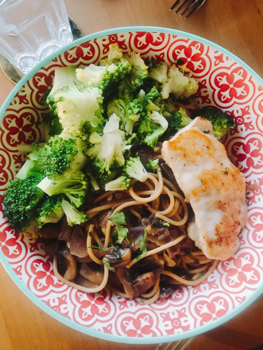 Cooking with beer! :D Spaghetti with creamy beer sauce, onions, mushrooms, broccoli and chicken thigh! Nomnom! https://t.co/C8WIhrlpe2