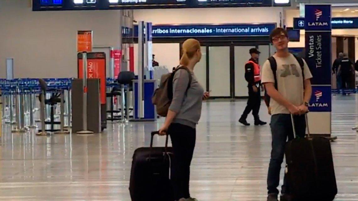 Welcome to Argentina: dos turistas fueron a Aeroparque a pesar del paro general https://t.co/QAewUH19jg
