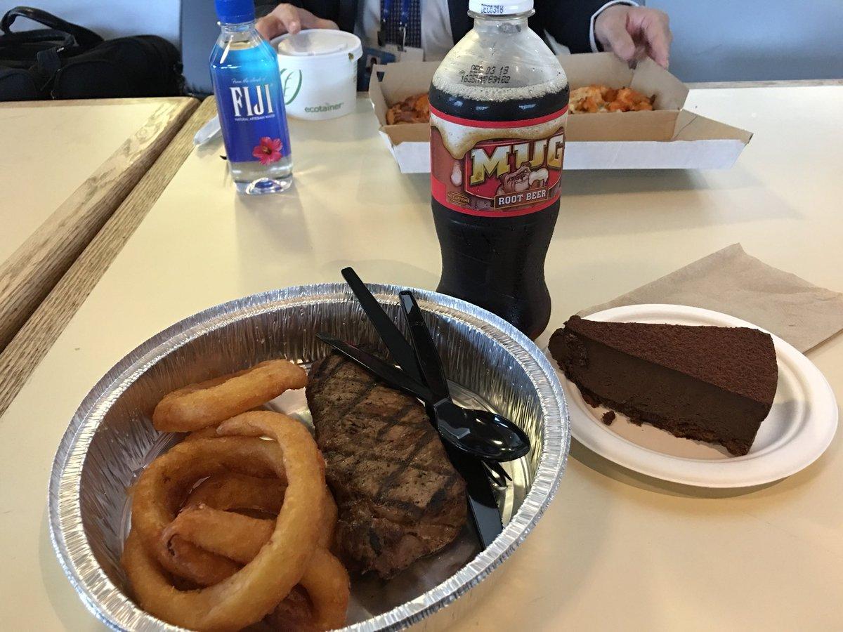 今日はワーキングランチの日程がないので国連本部のカフェテリアで昼飯。これで$17ドル。