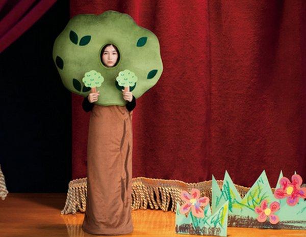 1000RT:【おなじみの脇役】学芸会の'木の役'になりきれる寝袋を発売 https://t.co/5v8QQn7NWq  価格は13,500円。木を描いたカードも同梱され、両手に持てば森の中の一本の木を演じることもできる。