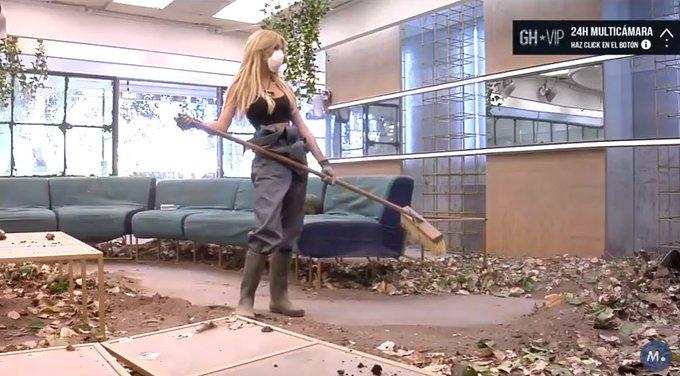 Oriana, durante la mañana de limpieza: Te juro que no puedo más. Me quiero morir #GHVIP14S Photo