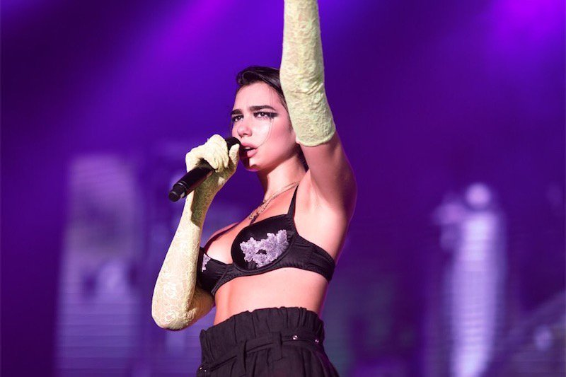 Dua Lipa in lacrime: alcuni fan cinesi portati via perché sventolavano bandiere rainbow - video  https:// www.gay.it/musica/news/dua-lipa-cina-omofobia-video #Cina #DuaLipa #Omofobia  - Ukustom
