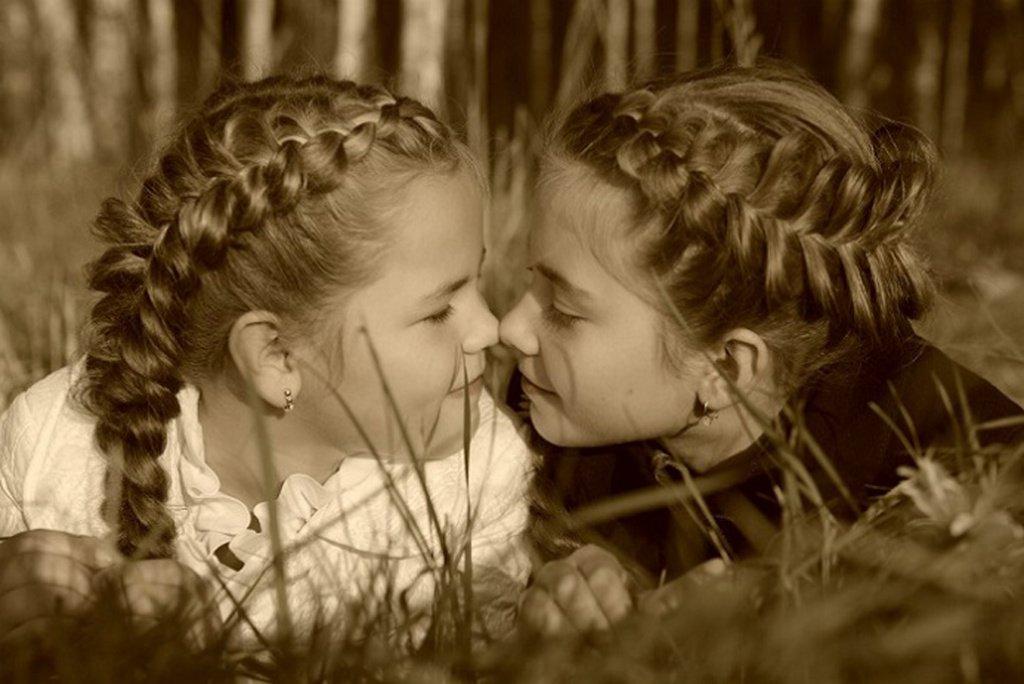 Две близняшки целуются — photo 9