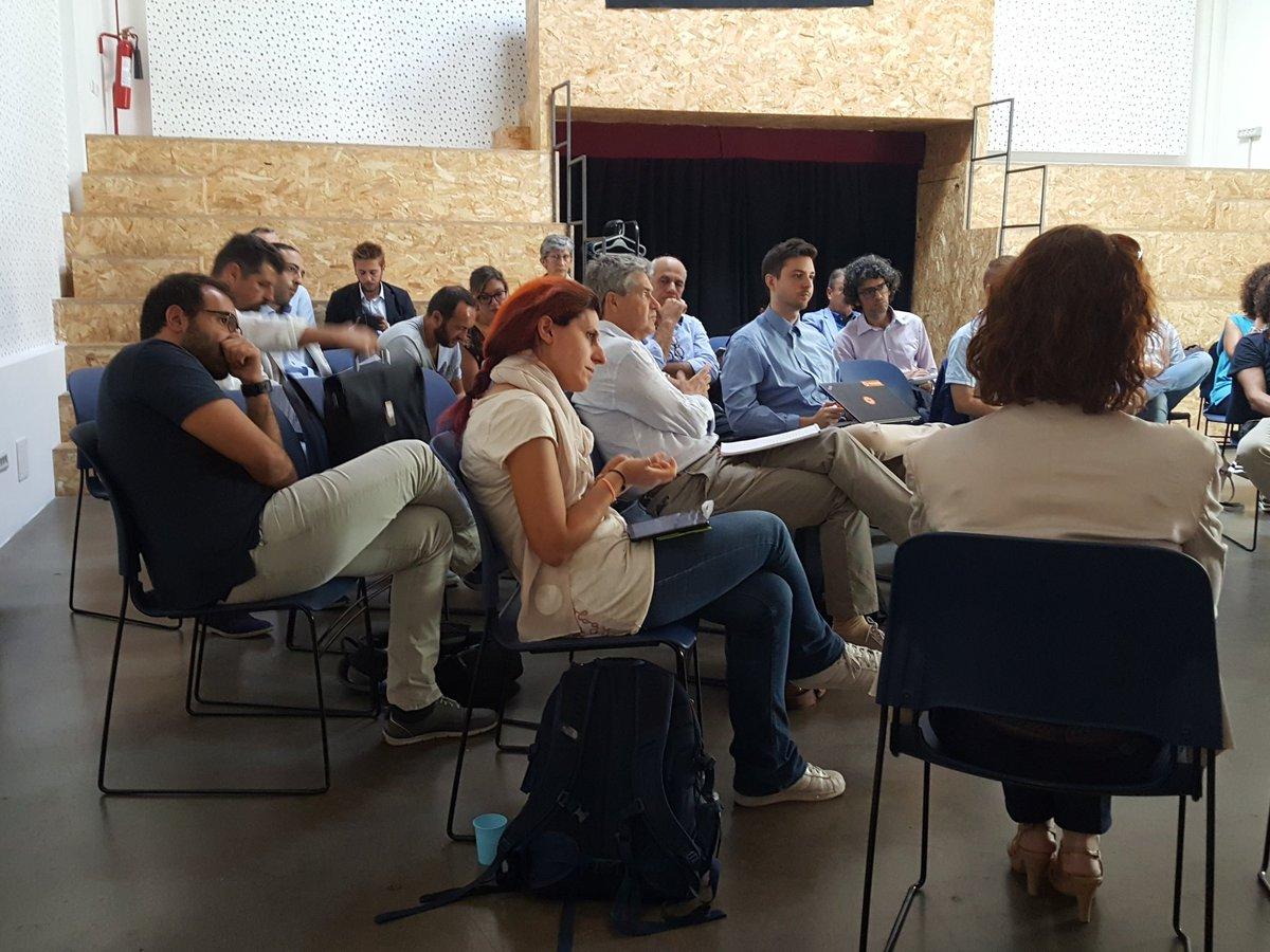 #ToscanaDigitale È necessario adottare servizi innovativi ma bisogna anche affiancare i cittadini nel loro utilizzo, che non sempre è intuitivo. Se ne parla ora al tavolo su Open Toscana e infrastrutture, servizi e piattaforme digitali.  - Ukustom