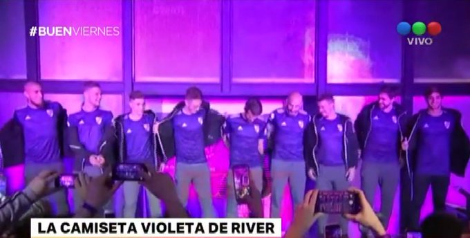 #BuenViernes River presentó una camiseta alternativa violeta Foto