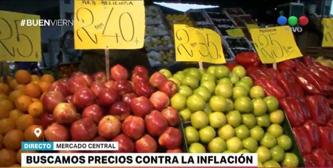 #BuenViernes @diegopietrafesa en el sector minorista del Mercado Central testea las ofertas: Por ejemplo, el kilo de lechuga está $9. Y hay 2 paquetes de espinaca a $15. Parece otro país Foto