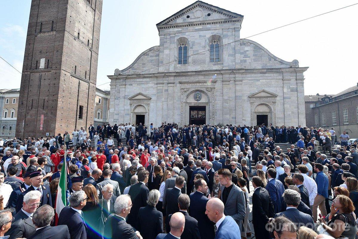 """Folla a #Torino per ricordare Sergio #Marchionne. #Elkann: """" Ci ha insegnato ad avere il coraggio di cambiare"""" https://bit.ly/2xdNcNS  - Ukustom"""
