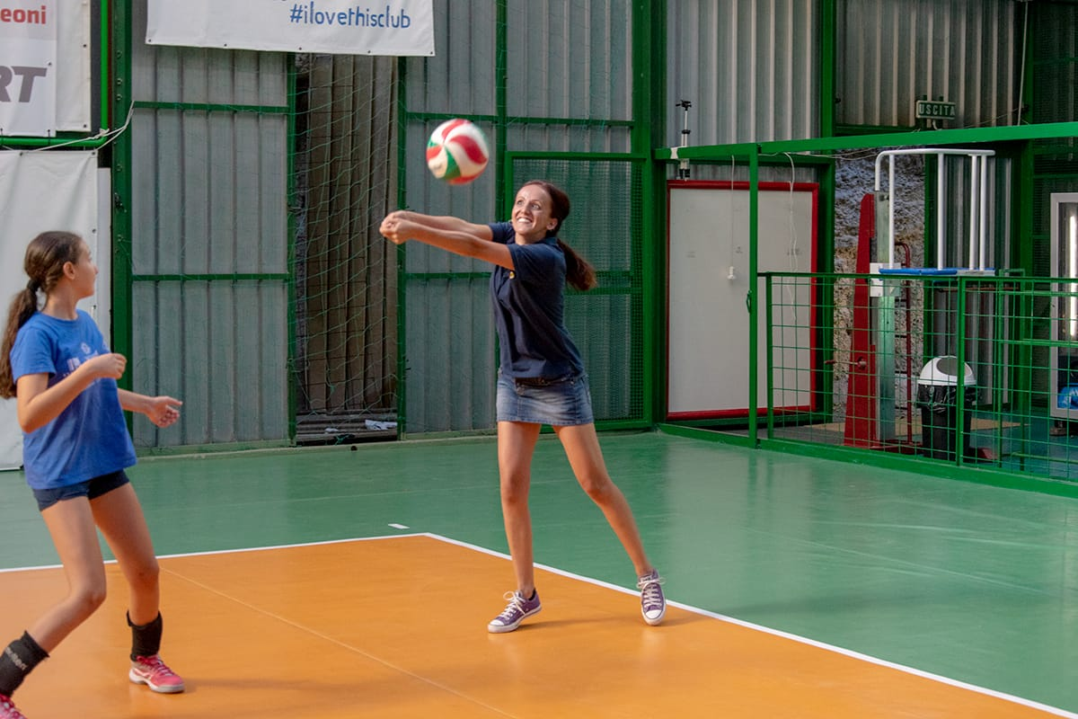 Il momento in cui tutto attorno a te sparisce. Il momento in cui accarezzi la palla. Il momento in cui, per gioco, torni a fare un bagher.#volleylife #pallavolo #libero #bagher #setter #balance #voleibol #sportphotography  #passion #ilovevolley #volleyinmePh: @giuliasavasta  - Ukustom