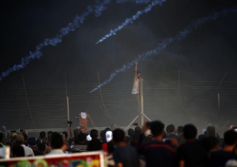 Three #Palestinians shot dead in #Israel-Gaza border clashes   https://t.co/ucu3shtLl3