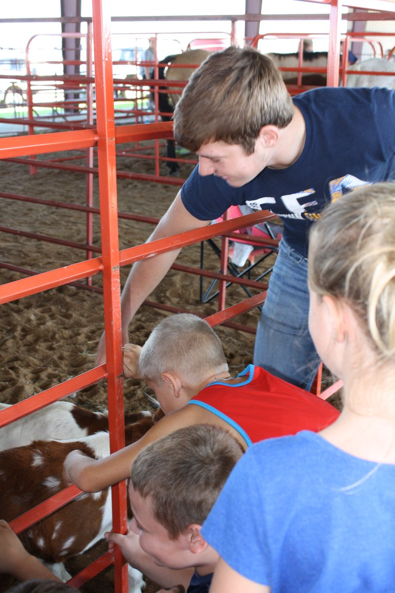 FFA members talk to third graders at Food for America. @ClintonMoCards @CHSCards