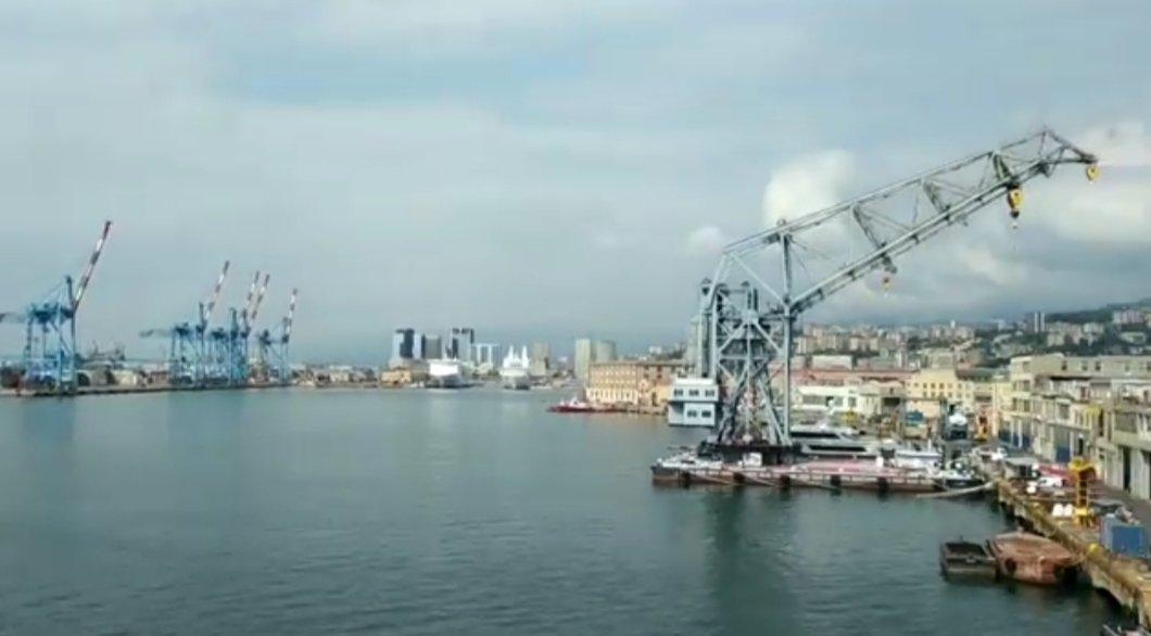 ...Oggi #14settembre il saluto delle sirene del porto di Genova  ai  deceduti durante il crollo....non riesco a trattenere le lacrime, senza un urlo che grida vendetta... #Genova #genovanelcuore #PonteMorandi #ponte #pernondimenticare #siamopronti #insiemeavoi #tragedia  - Ukustom