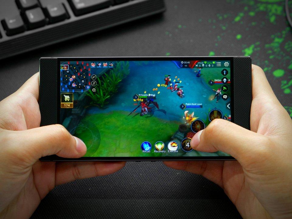 まさしくゲーム用スマホ。新Razer Phoneはカラフルに光るかも? #ゲーム #スマートフォン #Android https://t.co/cUYlKzX41W