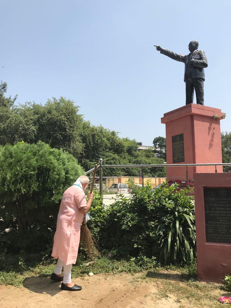 વડાપ્રધાન મોદીએ પ્રોટોકોલ વિના સામાન્ય ટ્રાફિકમાં દિલ્હીની એક શાળામાં પહોંચી 'સ્વચ્છતા હી સેવા' અભિયાનમાં ભાગ લીધો
