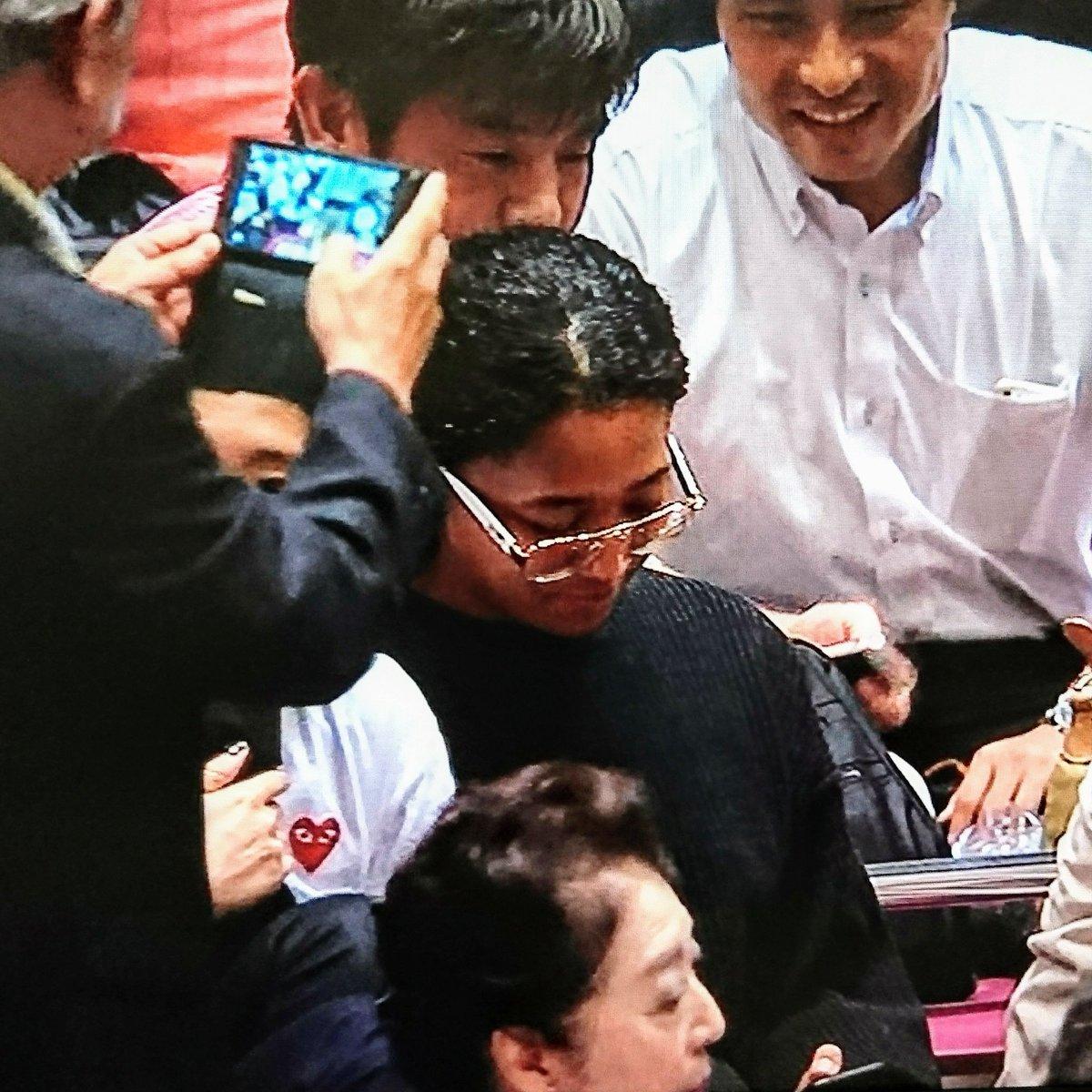 大相撲秋場所で大坂なおみさんを無断で撮影するおっさんの画像