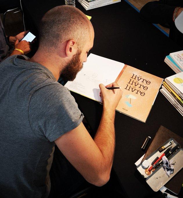 #SalonFnacLivres: Julien Baer et Simon Bailly vous présentent leur nouvel album étonnant,Le livre du livre du livre 😁 @heliumeditions Photo