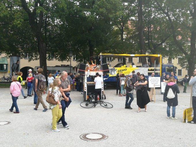 Noch 40 Minuten bis zum offiziellen Beginn von #ausspekuliert. Voraussichtlich Tausende Münchner werden für bezahlbares Wohnen und gegen soziale Ausgrenzung demonstrieren. Am Mariahilfplatz laufen bereits die letzten Vorbereitungen. Foto