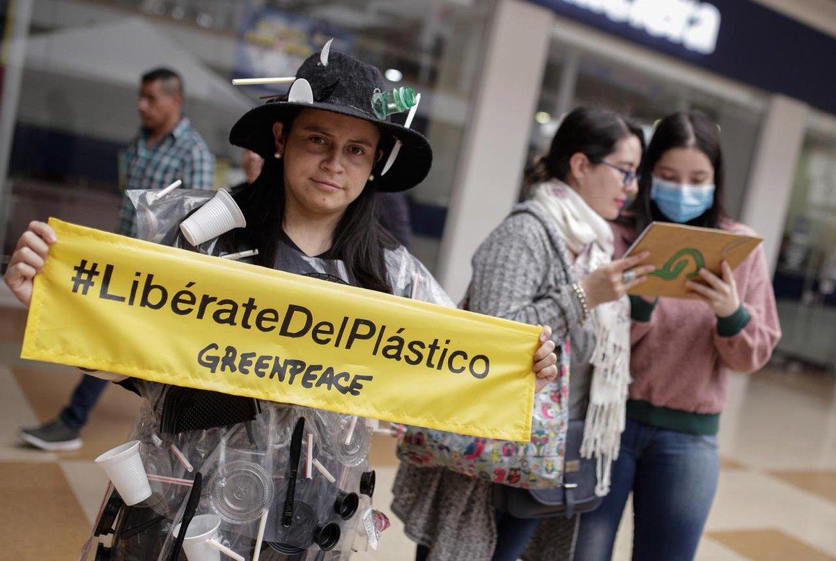 """Llegamos a uno de los centros comerciales más importantes de Bogotá con un mensaje muy claro: """"Diez segundos en tus manos, una eternidad contaminando. #LibérateDelPlástico""""."""