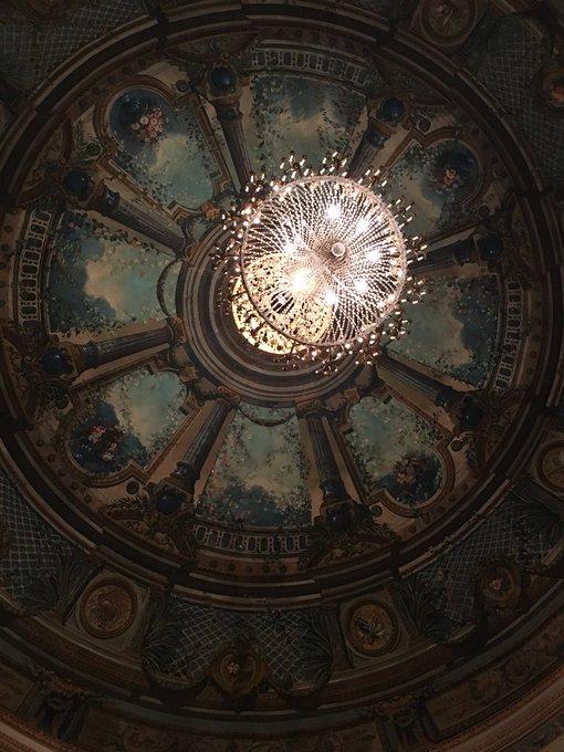 Dans la catégorie : les lustres de théâtre : voici le splendide lustre du @LeMontansier #Versailles Et sa salle d'un bleu royal magnifique Merci pour la visiter splendide @GDichamp Pour les #JEP18 vous pouvez venir encore visiter ce superbe écrin demain Photo