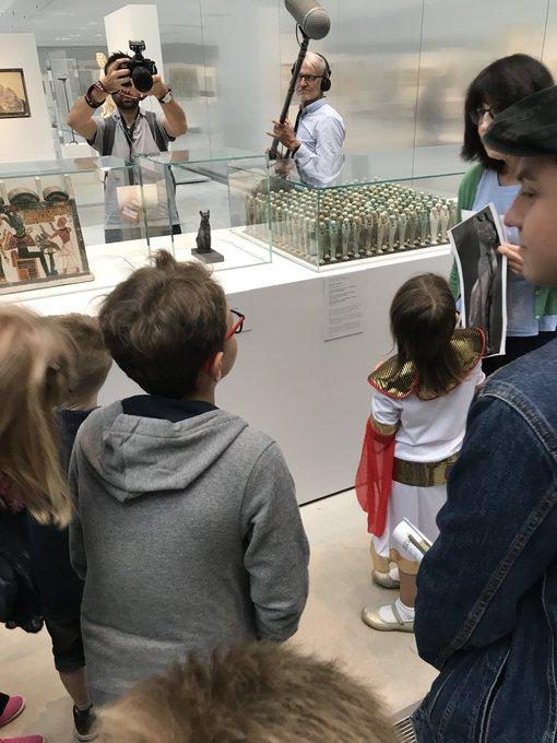 Au @MuseeLouvreLens, les enfants sont toujours les bienvenus, et bien sûr pendant les #JEP18 ! Cet après-midi, c'était même Pauline, 5 ans, qui évoquait son œuvre préférée du musée: une statuette en bronze de la déesse Bastet ! @hautsdefrance #EAC Photo