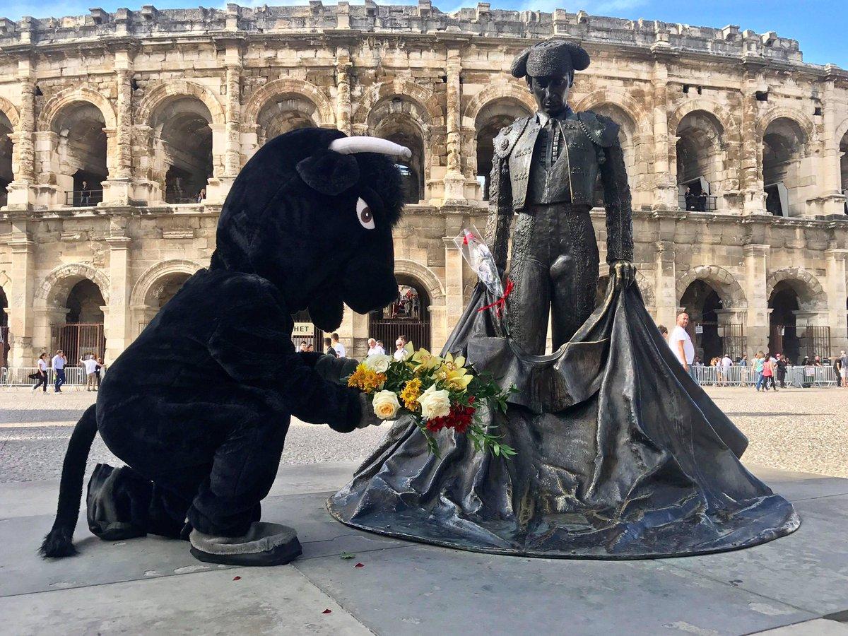 Rémi Gaillard dépose une gerbe sur la statue d'un torero en pleine féria de Nîmes. Il a du être escorté par la police pour rejoindre son véhicule !