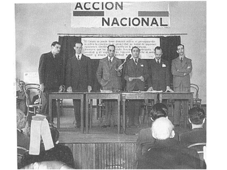 """#Hoy en los #79AñosPAN mantenemos firme convicción de trabajar por los mexicanos y como decía Manuel Gómez Morín: """"Aquí nadie viene a triunfar ni a obtener, sólo un objetivo ha de guiarnos, el de acertar en la definición de lo que sea mejor para #México"""". https://t.co/k3BSp0vWou"""