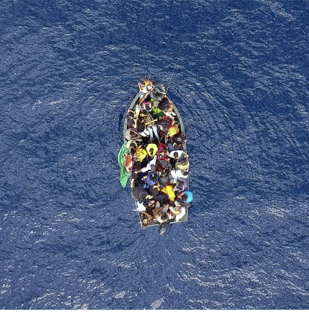 صورة جوية لأحد #قوارب_اللاجئين بالقرب من #اسبانيا . #قوارب_الموت #afp