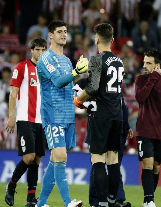 Futuro. Respeito entre guardiões. Courtois, agora no Real Madrid, e Unai Simon, Athletic. @LaLiga Photo