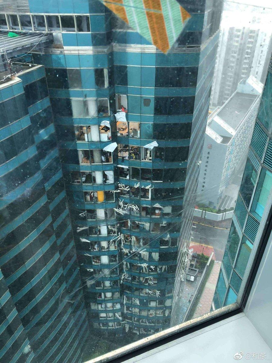 香港の高層ビルの窓ガラスが台風22号で割れている現場の画像