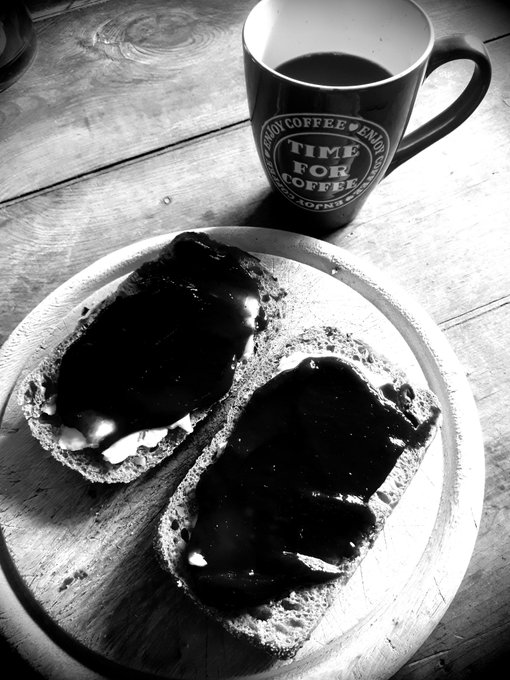 Während Einge sich den Mund mit Nutella verschmieren, beisse ich herzhaft in mein Pflaumenmusbrötchen, und lächel dabei. ...mehr Kopfkino geht am Sonntagmorgen nicht Moin! und Kaffee ⛾ Foto