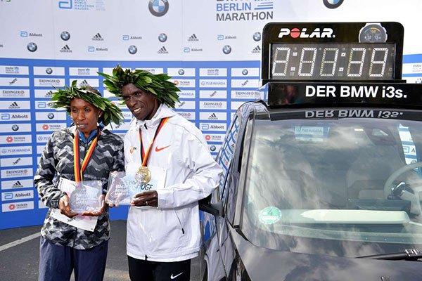 Uhuru praises Kipchoge, Cherono for winning Berlin races #BerlinMarathon #GladysCherono Foto