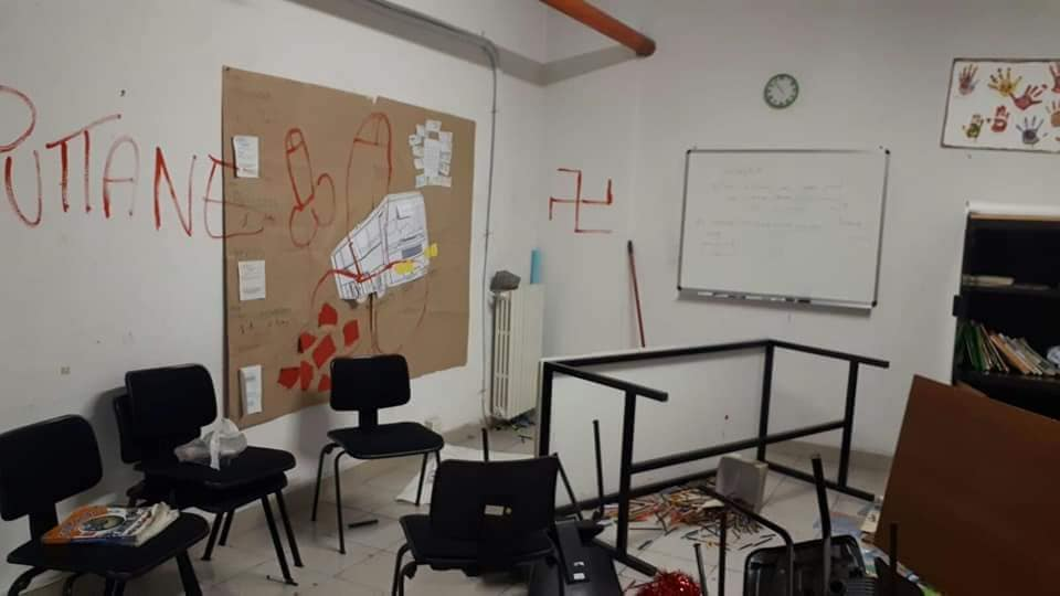 Questa volta è successo a #Milano. La Scuola di Cultura Popolare in Via Bramantino è stata imbrattata con scritte omofobe e svastiche.#omofobia #16settembre  - Ukustom