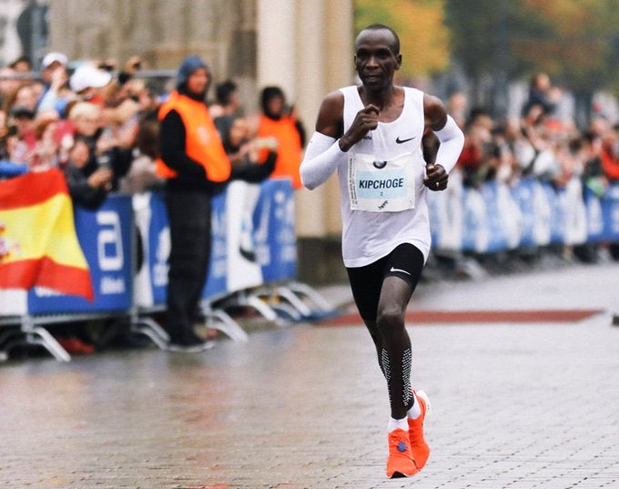 A show of strength, stamina, willpower as @EliudKipchoge produces a masterclass in long distance running to smash world record at #BerlinMarathon in a time of 2:01:40. Powerful, phenomenal display from an impeccable athlete, a legend. Amos Kipruto, Wilson Kipsang finish 2nd, 3rd. Photo