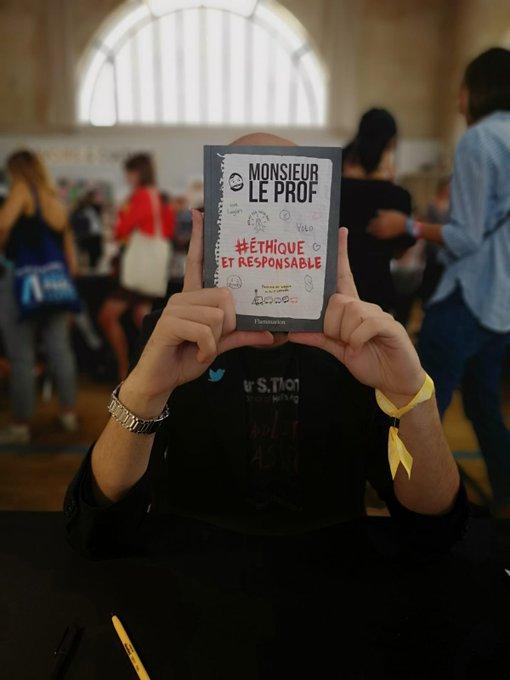 📙 @MsieurLeProf est au #SalonFnacLivres 😆 Il dédicace actuellement son livre, venez le voir ! @Ed_Flammarion 👌 Photo
