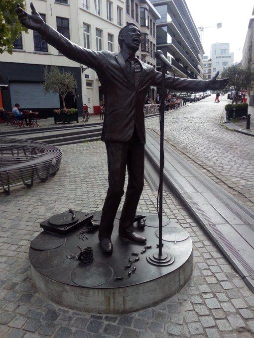 @MollyNeuramante @sanhuezov Aprovechando que hoy en Bruselas es la #JourneeSansVoiture, unas fotos de Brel cantando frente a su Fundación Photo