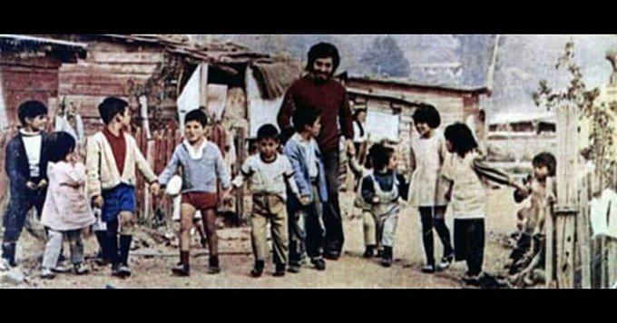 De la tristeza infinita, nace la fuerza para seguir luchando. Con la sonrisa de Víctor Jara, Siempre ✊ Foto