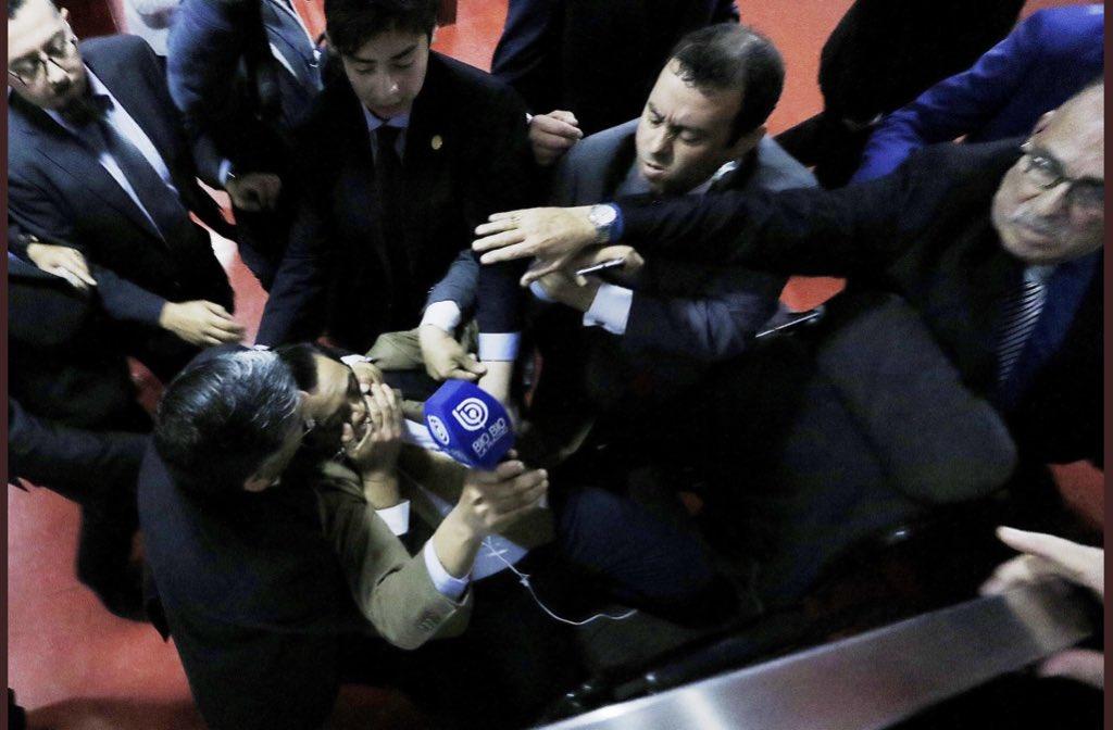 """Siempre escuché hablar de los matones que escoltan al Obispo Eduardo Durán. Hoy fui agredido por ellos junto a otros periodistas por preguntar al """"religioso"""" por los cuestionamientos que pesan en su contra. Acá la imagen captada por el colega @leo_rubilar de @agenciaunochile"""