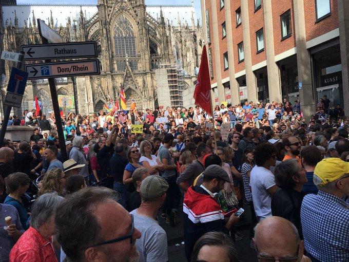 Stimmt hoffnungsvoll: Mehr als Menschen sind gekommen, um gegen rechte Hetze und Rassismus zu demonstrieren. Gute, friedliche Stimmung. Leider nicht bei allen Demos heute in Deutschland. #kölnzeigthaltung Foto