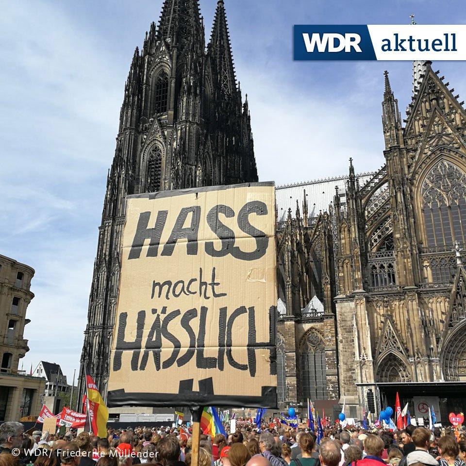 Mehr als 7000 Menschen setzen in Köln ein Zeichen gegen Rassismus. Viele Demonstranten kommen mit der ganzen Familie, die Stimmung ist friedlich. Über 120 Initiativen, Organisationen, Parteien, Wohlfahrtsverbände und die beiden Kirchen hatten zu der Kundgebung aufgerufen.