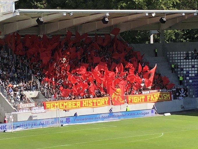 St. Pauli fans away at Erzgebirge Aue: Remember history, fight fascism! #AUEFCSP #FCSP (📸: @druebergehalten) Foto