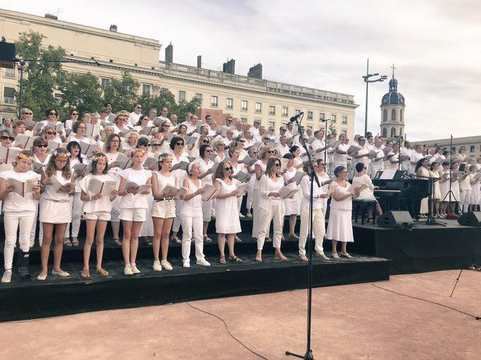 Les 300 choristes amateurs fêtent l'esprit de fraternité et célèbrent la Paix ! #biennaledeladanse #lyon Photo