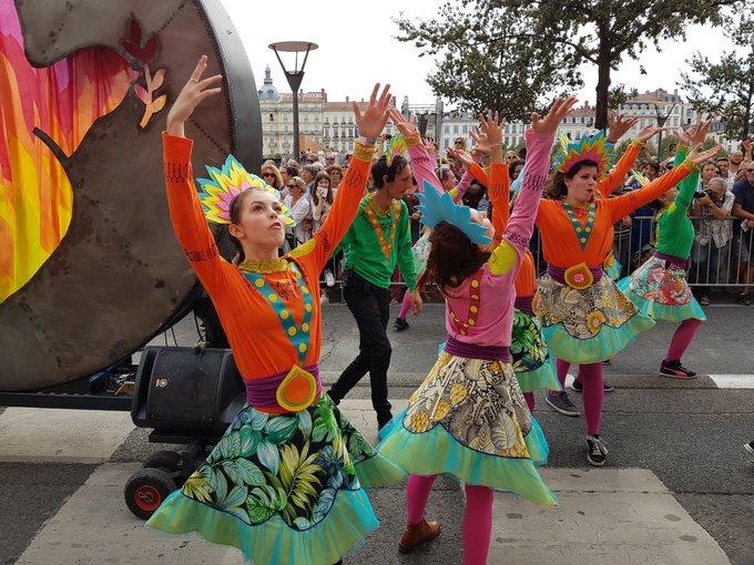 Retour en images sur le défilé de la #biennaledeladanse #Lyon 1/2 📷 Photo
