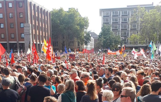 Menschen gegen Rechts bei #KölnZeigtHaltung. ✊ Foto