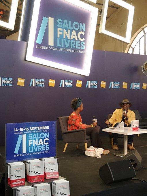 📙 Le grand entretien avec @amabanckou a commencé il y a quelques minutes au #SalonFnacLivres 😊 @EditionsduSeuil Photo