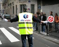 Pole emploi en Marche traverse la rue avec Macron DnOcdZeW4AAZLBY
