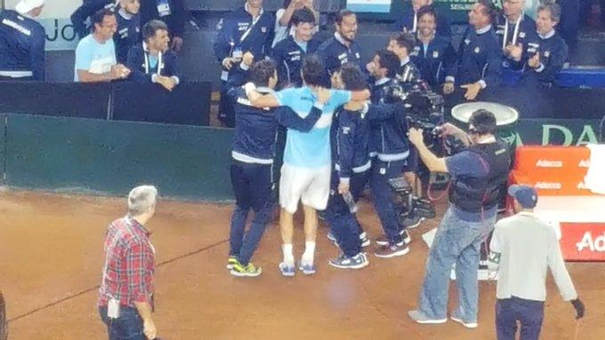 Ganó Horacio Zeballos 7-5 y 6-2 al colombiano Nicolás Mejía y Argentina cierra 4-0 la serie playoff de #CopaDavis no sólo reingresando al Grupo Mundial como cabeza de serie sino con chance de ir derecho a la fase final del nuevo formato mediante invitación prevista. Foto