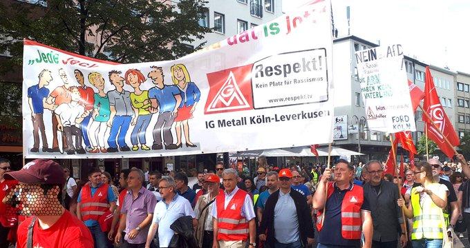 #KoelnZeigtHaltung mit vielen Gewerkschafter/innen, die für #Respekt und eine humane Asylpolitik demonstrieren, denn: Rassismus und Spaltung schaden uns allen! Foto
