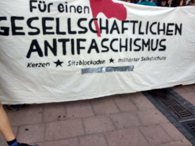 Ein Arm der #antifaschistischen Demo steht am Bärplatz und will Richtung Markt laufen 18:17 #koet1609 Foto