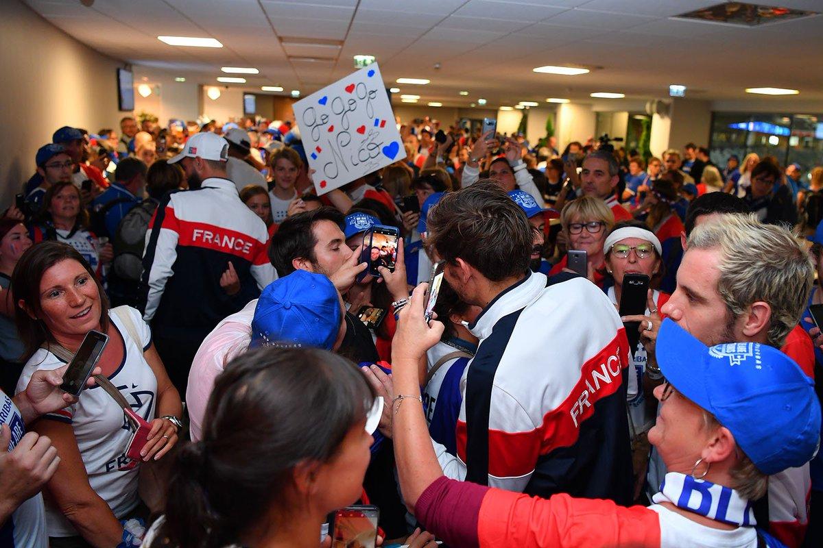 Les joueurs se sont rendus au traditionnel pot des supporters ! #TousEnBleu #FRAESP ©Antoine Couvercelle /FFT  - FestivalFocus