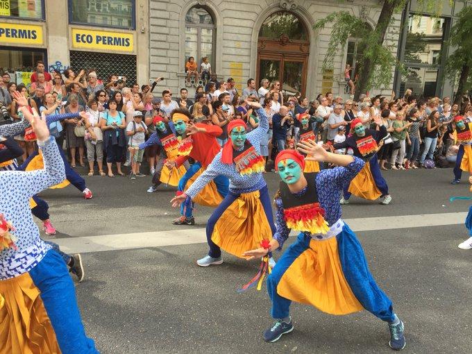 #biennaledeladanse 5000 amateurs de 42 villes de la région ont participé au défilé pour la paix à #Lyon. Des couleurs, des sourires, la diversité, le plaisir des magnifique défilé. La création culturelle c'est la liberté. Merci au soutien de @Fondation_EDF Photo